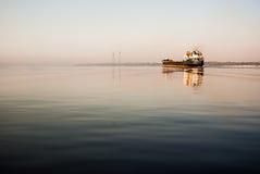 Грузовой корабль плавает на реку Волгу Стоковое фото RF