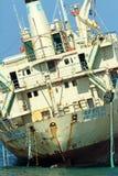 Грузовой корабль Edro III на мели около берега моря выдалбливает Стоковые Изображения