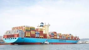 Грузовой корабль GRETE Maersk грузового корабля MARSK входя в порт Окленд Стоковое фото RF