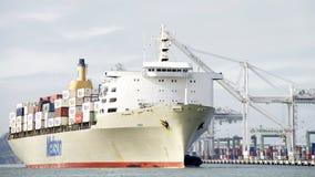 Грузовой корабль MANOA входя в порт Окленд Стоковое Изображение