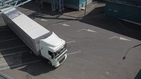 Грузовой транспорт на зоне загрузки видеоматериал