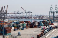 Грузовые контейнеры двора тарифов и торговой войны грузя Стоковое Изображение