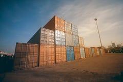 Грузовые контейнеры штабелированные в порте Порт или стержень контейнера Стоковое Изображение