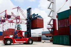 грузоподъемник контейнера стоковое изображение rf
