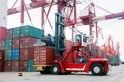 грузоподъемник контейнера стоковые изображения rf
