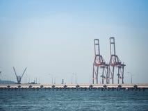 Грузоподъемности крана порта контейнер на пристани Стоковые Изображения RF