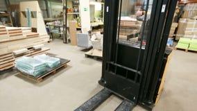 Грузоподъемник на складе сток-видео