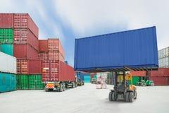 Грузоподъемник регулируя коробку контейнера нагружая к тележке в экспо импорта Стоковая Фотография RF