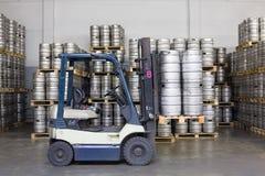 Грузоподъемник с бочонками пива в винзаводе Ochakovo запаса Стоковые Фотографии RF
