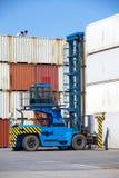 Грузоподъемник штабелирует контейнер стоковые фото