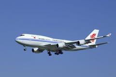 Груз Боинг 747-412BCF Air China, посадка B-2453 в Пекине, Китае Стоковые Изображения RF