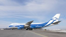 Груз Боинг 747-8F ездя на такси от взлетно-посадочной дорожки видеоматериал