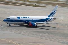 Груз Боинг 737-400 VP-BCJ груза ATRAN-Aviatrans авиакомпании в месте для стоянки авиапорта Sheremetyevo Стоковая Фотография RF