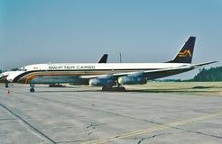 Груз Дуглас DC-8 Swiftair готовое для другого полета в 1982 стоковые изображения