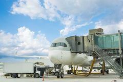 Груз загрузки на самолете в авиапорте загрузка транспортного самолета для logis стоковая фотография rf