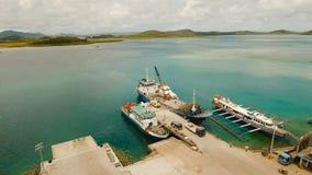 Груз и пассажир transit порт в виде с воздуха города Dapa Остров Siargao, Филиппины сток-видео