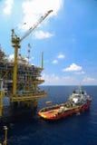 Груз переноса шлюпки поставки к нефтяной промышленности нефти и газ и moving груз от шлюпки к платформе, груз переноса шлюпки жда Стоковые Изображения