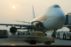груз самолета нагружая к стоковая фотография rf