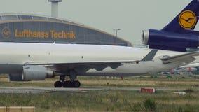 Груз McDonnell Douglas MD-11 Люфтганзы отбуксирован сток-видео
