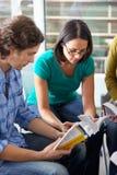 Группа библии читая совместно Стоковые Фотографии RF