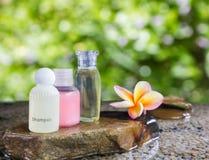 Группа бутылки геля жидкостного мыла на утесе камешка и вода на na gree Стоковое Изображение