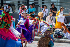 Группа в местном костюме выполняя эквадорский традиционный танец - Кито, эквадор стоковые фотографии rf