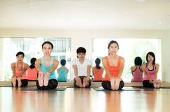 Группа в составе азиатские женщины и йога человека практикуя, протягивать фитнеса Стоковые Изображения RF