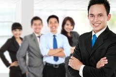 Группа в составе азиатский молодой предприниматель стоковые фото