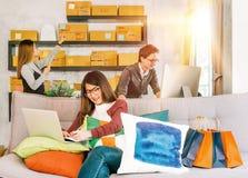 Группа в составе активное молодые люди работая на startup мелком бизнесе дома стоковое изображение rf