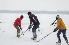Группа в составе активные люди включая игру девушки hokey на замороженном реке Dnipro в Украине стоковые фотографии rf