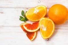 Группа в составе апельсины на белой доске Стоковая Фотография RF
