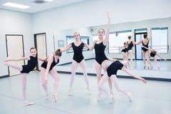Группа в составе артисти балета репетируя в студии Стоковое фото RF