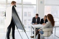 Группа в составе архитекторы работая на деловой встрече Стоковые Фото