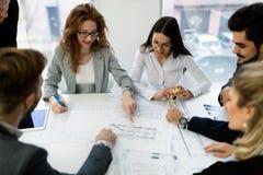 Группа в составе архитекторы работая совместно на проекте Стоковые Изображения