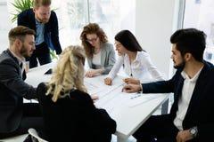 Группа в составе архитекторы работая совместно на проекте Стоковое фото RF