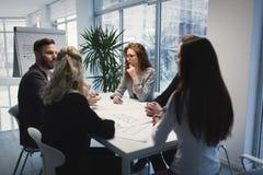 Группа в составе архитекторы работая совместно на проекте Стоковые Изображения RF