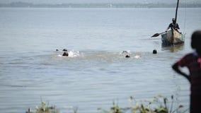 Группа в составе африканские дети, мальчики плавает в озере, поплавке за шлюпкой акции видеоматериалы