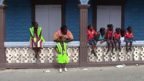 Группа в составе Афро-карибские зрители на параде 14-ого июля в Marigot, St Martin