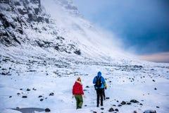 Группа в составе альпинисты в горах снега Стоковые Фото