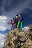 Группа в составе альпинисты остается на остроконечной скале Стоковое Изображение RF