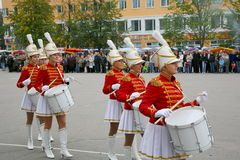 Группа в составе барабанщики majorettes маленьких девочек Стоковая Фотография RF