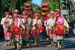 Группа в составе балийские люди в традиционных костюмах играет gamelan музыку Стоковые Изображения