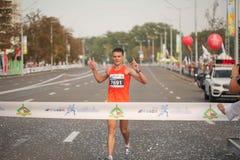 Группа в составе бегунов прежняя большая бегуны собрала outdoors для того чтобы участвовать в ежегодном марафоне Минска половинно стоковое изображение rf