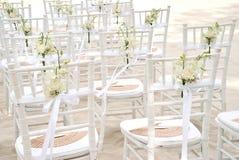 Группа в составе белые стулья на подготовке свадьбы на пляже, конусы chiavari лепестков роз - задних, взгляд сверху Стоковая Фотография