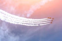 Группа в составе белый самолет реактивного истребителя с трассировкой белого дыма против голубого неба стоковое изображение rf