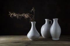 Группа в составе белые вазы и сухая хворостина на деревенском aga деревянного стола Стоковое Фото