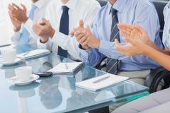 Группа в составе бизнесмены аплодируя в зале заседаний правления Стоковое Изображение RF