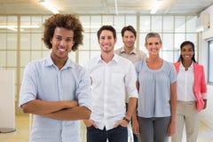 Группа в составе бизнесмены быть жизнерадостный и усмехаясь на камере Стоковое Изображение