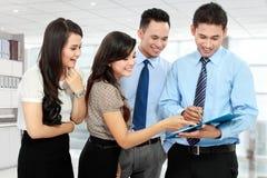 Группа в составе бизнесмены встречать Стоковые Изображения