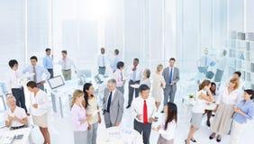 Группа в составе бизнесмены встречая в офисе Стоковая Фотография